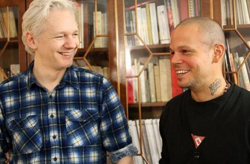Calle 13,Julian Assange y Tom Morello (Multi-viral)